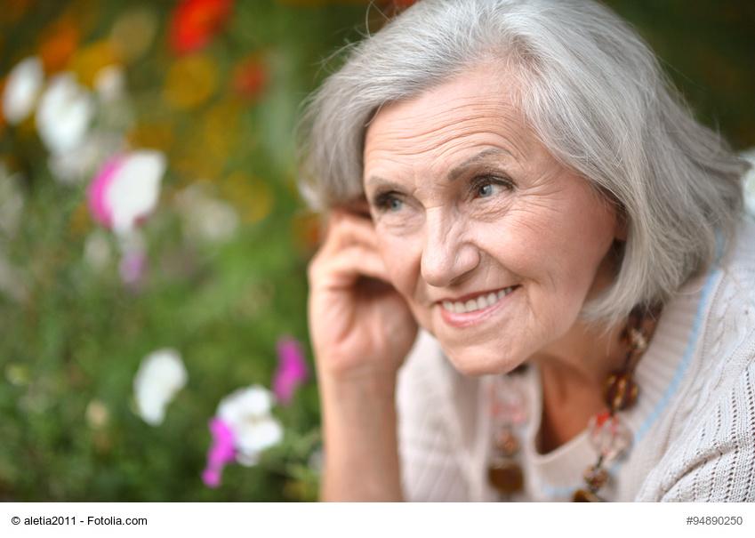 Ältere Dame mit schönen Zähnen genießt das Leben